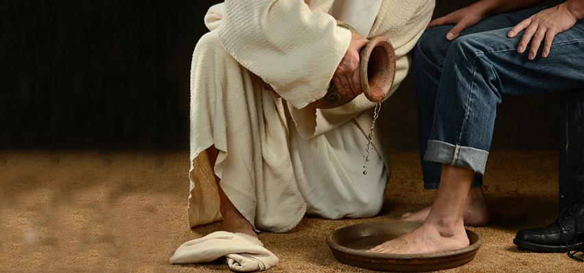 A férfi lábakat mos, a nő olajjal ken